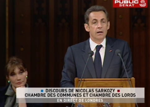 Carla Bruni �coute le chef de l�Etat lors de son discours devant le parlement britannique. Nicolas Sarkozy a propos� propos� � la Grande-Bretagne de d�velopper une ''nouvelle fraternit� franco-britannique'' pour le XXIe si�cle et a annonc� qu'il proposerait la semaine prochaine, lors du sommet de l'Otan � Bucarest, un renforcement de la pr�sence militaire de la France en Afghanistan.