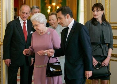 Elizabeth II d�voile � ses invit�s les �uvres d�art que rec�le le ch�teau de Windsor.