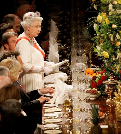 Install�e entre Nicolas Sarkozy et Bernard Kouchner, la reine Elizabeth II a prononc� un discours en ouverture du banquet, au ch�teau de Windsor.