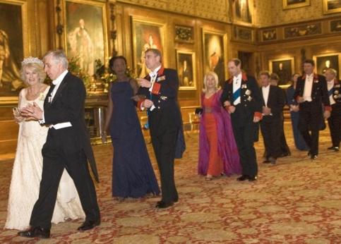 Ambiance de cour sur le chemin du d�ner. Au premier plan on remarque Camilla et le ministre de la Justice britannique Jack Straw, suivis imm�diatement de Rama Yade et du prince Andrew. Plus loin, on distingue Bernard Kouchner.