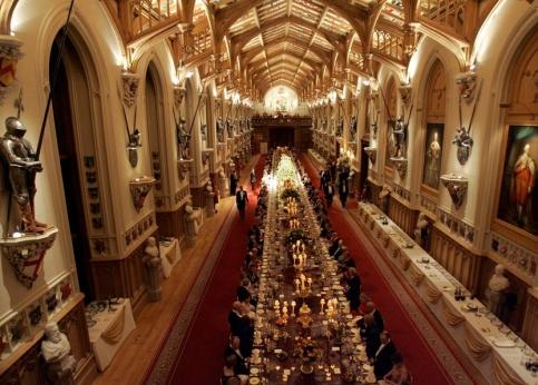 Vue g�n�rale du d�ner : la table en acajou est longue de 55 m�tres. Elle accueille 146 convives. Au menu, filets de barbue B�atrice, noisette d'agneau Br�han et savarin � la rhubarbe.