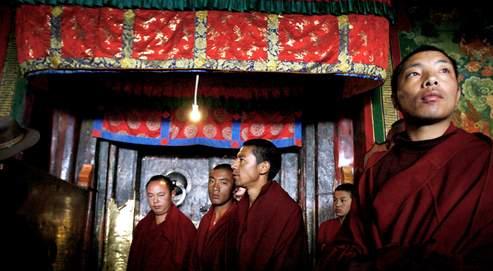 Dans le temple du Jokhang, hier à Lhassa, plusieurs dizaines de moines ont fait une irruption spectaculaire au milieu d'un point de presse organisé par les autorités chinoises.