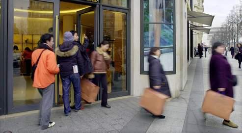 Le groupe de travail parlementaire veut que «dans certaines zones frontalières, touristiques et agglomérées», les magasins puissent bénéficier de dérogations. Comme ici, sur les Champs-ELysées. AP