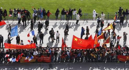 Des spectateurs chinois lors du passage de la flamme olympique à Paris.