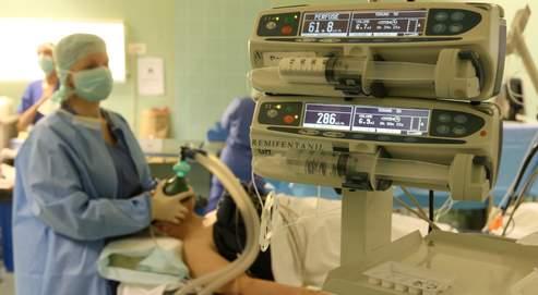 Tout comme un pilote automatique dans un avion, le nouveau système contrôle la profondeur du coma.