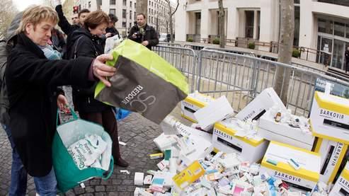 Les manifestants étaient invités à déposer des boîtes de médicaments, comme ici devant le ministère de la Santé.