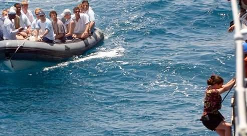 Pris en charge par les militaires français, l'équipage libéré du Ponant rejoint le Jean-Bart, frégate de la marine nationale.