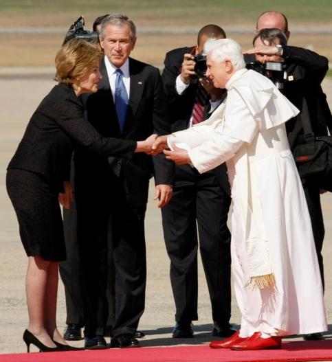 Honneur protocolaire exceptionnel, le Pape a été accueilli personnellement à sa descente d'avion par George Bush, son épouse Laura et leur fille Jenna, qui sont protestants. C'est la première fois dans l'histoire américaine que le locataire de la Maison-Blanche se rend en personne à l'aéroport pour accueillir un chef d'Etat.