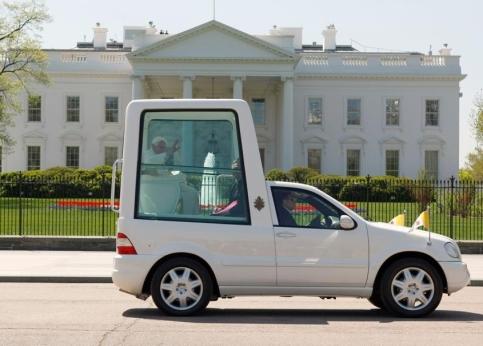 Le Pape a retrouvé mercredi George Bush qui l'a accueilli en grande pompe à la Maison-Blanche. Plus de 9.000 invités triés sur le volet attendaient le Saint-Père sur la pelouse de la résidence présidentielle où son arrivée a été saluée par une salve de 21 coups de canons.