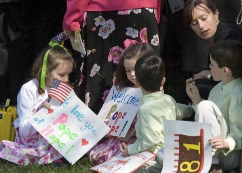 A son arrivée dans les jardins de la Maison Blanche, la foule d'invités, parmi lesquels de nombreux enfants, a entonné un ''Happy Birthday''.