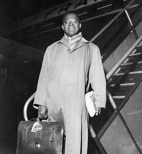 Le lycéen surdoué  />(photo : Aimé Césaire en 1960) </i>quitte pour la première fois les Antilles en 1931 et entre en hypokhâgne au lycée Louis-Le-Grand à Paris, grâce à une bourse.Il y forge une solide amitié avec le futur président sénégalais Léopold Sédar Senghor. En dépit de ses études brillantes – il décroche Normale Sup' en 1935-, il trouve le temps de fonder la revue &nbsp;&raquo;L&rsquo;Etudiant noir&nbsp;&raquo; où, pour la première fois, des écrivains noirs réfutent les modèles littéraires traditionnels.&nbsp;&raquo; height=&nbsp;&raquo;368&Prime; width=&nbsp;&raquo;349&Prime; /></p> <p align=