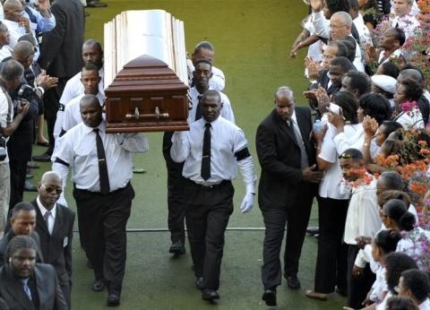 Le cercueil a été porté, à la fin de la céromonie, par six hommes sous les applaudissements de la foule et déposé dans le corbillard, qui a pris la direction du cimetière la Joyau. De longues minutes après le départ du cercueil, l'ovation du stade, debout et chantant, se poursuivait encore.