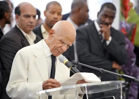 Pierre Aliker, très ému, qui fut pendant plus de 50 ans le premier adjoint d'Aimé Césaire à la mairie de Fort-de-France, a délaissé le discours écrit et finalement opté pour l'improvisation. Il a rappelé les objectifs du Parti progressiste martiniquais, fondé par Aimé Césaire. ''Notre objectif est d'obtenir un pouvoir local fort'', a-t-il souligné. ''Les spécialistes des questions martiniquaises, ce sont les Martiniquais (...) Avec une fidélité à toute épreuve, vous pourrez compter sur nous'', a-t-il lancé en conclusion à la foule. La partie solennelle de la cérémonie a été ensuite suivie par la lecture d'extraits de textes du poète et d'interprétations musicales.