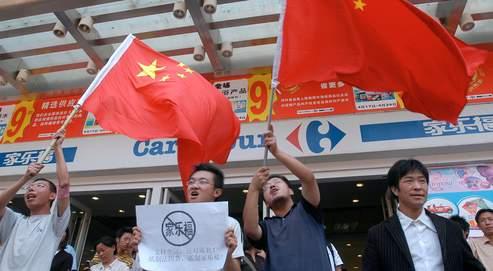 Devant l'ampleur des manifestations visant les enseignes françaises (ici Carrefour), Christian Poncelet, Jean-Pierre Raffarin et Jean-David Levitte se rendront cette semaine à Pékin.