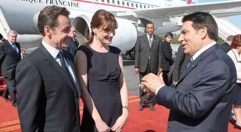 Le président Ben Ali accueille le couple présidentiel lundi à son arrivée en Tunisie. AFP/Kovarik