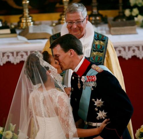Sur l'air de l'Ave Maria, Marie Cavallier, tenant devant l'autel orné de fleurs de lys la main de son mari, est devenue la nouvelle princesse du Danemark, et la deuxième Française à entrer dans la Cour royale de ce pays, après son beau-père, le prince consort Henrik (AP Photo/Tariq Mikkel Khan, POLFOTO).