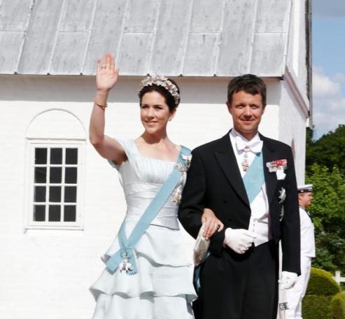 Le prince héritier Frederi, frère du marié et la princesse héritière Mary, d'origine australienne (AP Photo/Jens Dige, POLFOTO).