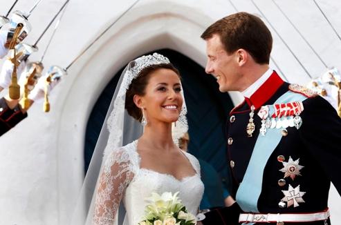 Le prince Joachim, portant un uniforme de gala de l'infanterie, avec Marie Cavallier, dans sa robe de mariée créée par deux designers à Genève, et portant un diadème offert par ses futurs beaux-parents (AP Photo/Polfoto, Jens Dige).