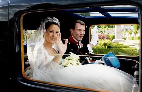 Sous les hourras et les applaudissements de la foule, le couple a quitté l'église pour monter dans une Bugatti royale décapotable 2041 et se rendre au château de Schackenborg, résidence du prince, âgé de 38 ans, où devait se dérouler le banquet (AFP PHOTO /SCANPIX DENMARK /Jeppe Michael Jensen).