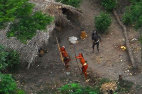 Des guerriers « forts et bien portants », bandant leurs arcs vers le petit Cesna qui les survole. C'est la toute première image d'une tribu installée à la frontière du Brésil et du Pérou, prise par des membres de la Funai, le département des affaires indiennes du Brésil, chargé de protéger leur sanctuaire.