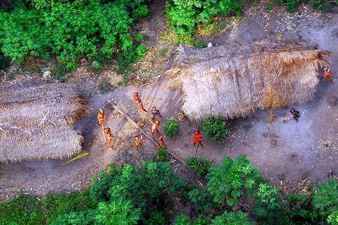 Ces hommes figurent au nombre des rares groupes humains à n'avoir jamais eu de contacts avec le monde moderne. Selon l'ONG Survival International, il existerait une centaine de ces tribus « non contactées » à travers le monde, principalement en Amazonie, mais aussi dans le Pacifique.