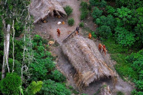 Faute de contacts approfondis, l'ethnie à laquelle ce groupe appartient n'a pas été clairement identifiée par la Funai. Certaines de leurs pratiques ont cependant pu être identifiées sur ces clichés. Ainsi, des hommes se peignent la peau en rouge, et des femmes en noir. Outre les arcs, destinés à la chasse, les chercheurs ont identifié des petits jardins de culture.