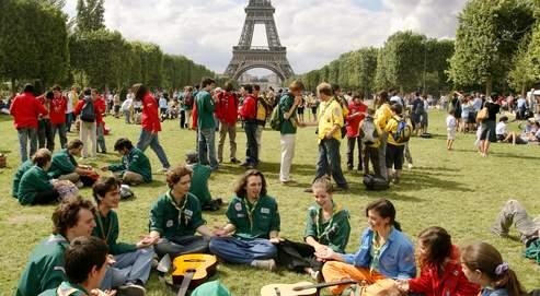 Le centenaire du scoutisme au Champ-de-Mars à Paris, en juillet 2007. L'affirmation religieuse décomplexée du mouvement séduit de plus en plus les jeunes.