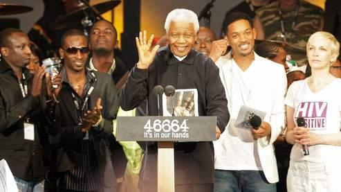 Nelson Mandela entouré par Will Smith et Annie Lennox lors du concert 46664 à Hyde Park à Londres.