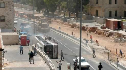 L'attaque s'est produite mercredi midi, lorsque le conducteur palestinien de la pelleteuse s'est lancé dans une course folle sur une centaine de mètres dans la rue Jaffa, renversant un bus. (AFP)