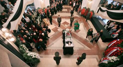 Hier, dans le petit hall d'honneur de l'Académie des sciences de Moscou, la foule s'est inclinée devant le cercueil de l'écrivain.