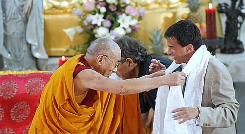 Valls recevant une écharpe blanche du dalaï-lama