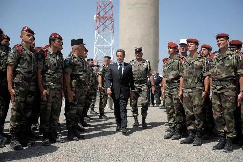Aussitôt arrivé à Kaboul, le chef de l'Etat s'est rendu en hélicoptère au camp Warehouse, quartier général du commandement régional de Kaboul de la Force internationale d'assistance à la sécurité (Isaf) de l'Otan.   <br>En arrivant au camp, Nicolas Sarkozy s'est recueilli dans la chapelle ardente où ont été disposés les cercueils des dix soldats français de l'Otan. ''J'ai vu ces dix cercueils. Sur chacun d'entre eux, la photo de vos camarades. Et puis l'âge. 20 ans, 21 ans, 22 ans. J'en ai vu parmi vous qui pleuraient, je les comprends'', lâche-t-il.