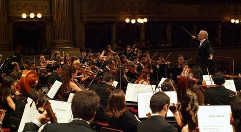 Le West-Eastern Divan Orchestra, que dirige Daniel Barenboïm, est constitué de 120jeunes âgés de 11 à 28ans, venus d'Israël, de Palestine, de Syrie, de Jordanie, du Liban, d'Égypte et même d'Iran.