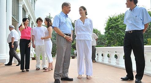 Après son arrivée dans l'archipel, Ingrid Betancourt a été reçue par le président des Seychelles, James Alix Michel (au centre), en présencede l'ambassadeur de France (à droite). Au second plan :ses enfants, Mélanie et Lorenzo, avec l'épouse du chef d'État.