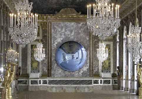 ''Moon'' exposé dans La galerie des Glaces. (Jeff Koons, Moon, François Pinault Foundation, Studio Jeff Koons)