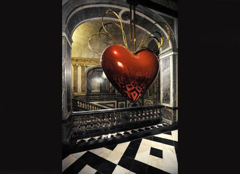 Accrochée dans l'Escalier de la Reine, une des quinze oeuvres de l'artiste américain disséminées au coeur des appartements royaux: Hanging heart. (Stephane de Sakutin/AFP)