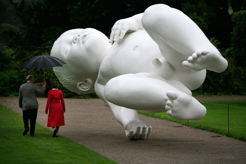Sans ambiguïtés, le duc et la duchesse du Devonshire le constatent chaque jour en se promenant dans les jardins de Chatsworth House, leur résidence de famille dans le Derbyshire au Royaume-Uni. En bronze peint en blanc, cette immense sculpture, oeuvre de l'artiste Marc Quinn, est intitulée « Planet » et fait partie de l'exposition d'art  contemporain « Au-delà des limites » organisée au manoir. Marc Quinn, né en 1964, est considéré comme l'un des artistes les plus inventifs du groupe connu sous le nom de Young British Artists (YBA), aux côtés de Damien Hirst, Tracey Emin, Sarah Lucas, Christine Borland, ou encore Dinos et Jake Chapman. (PHOTO : CHRISTOPHER FURLONG/GETTY IMAGES/AFP)