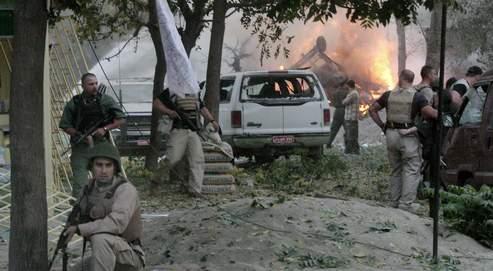 A Kaboul, des soldats de la coalition sécurisent une zone urbaine, après l'explosion d'ne voiture piégée.