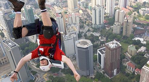 Le cascadeur australien Gary Cunningham saute au dessus de Kuala Lumpur (Malaisie).