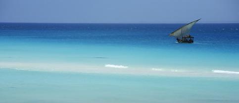 La voile rapiécée d'un boutre, un atoll immaculé, des fonds marins exceptionnels : c'est à Mnemba, et nulle part ailleurs ; un micro-paradis coralien au nord-est de Zanzibar, très apprécié de la jet-set.