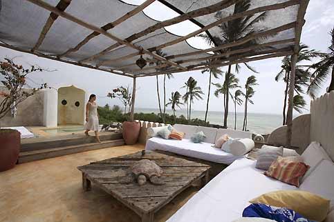 Mélange d'architecture d'inspiration indo-africaine, de déco omanaise et de meubles commandés aux artisans du village pour les Matemwe Retreats Bungalows.