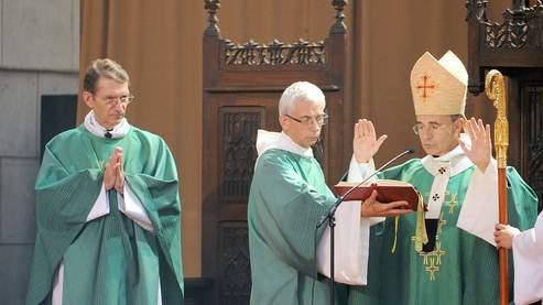 L'abbé Franck Touzet (G), premier membre de l'Opus Dei nommé dans une paroisse française, célèbre sa première messe.