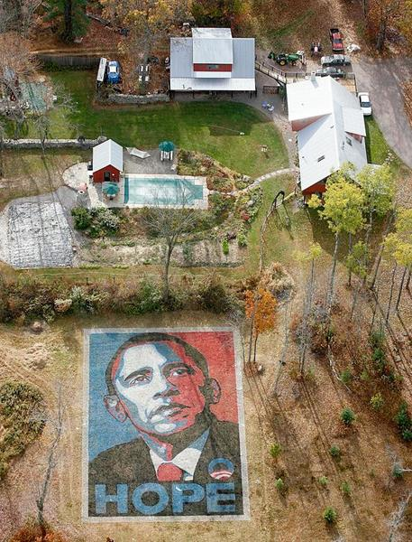 Il aura fallu pas moins de 60 heures à un groupe de voisins de Pennsylvanie pour réaliser cette réplique géante du célèbre poster de Barack Obama réalisé par l'artiste Shepard Fairey.