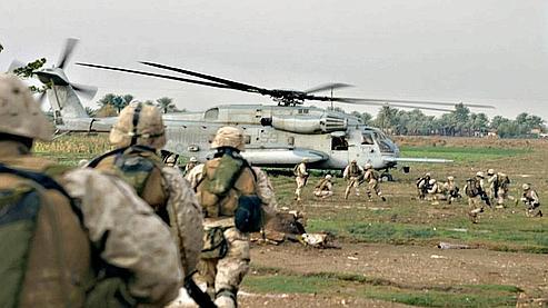 Des marines du 7e régiment embarquent dans un hélicoptère, sur la frontière irakienne en 2004.