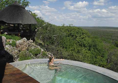 De l'une des piscines privées du Little Ongava Lodge, agrippé à une colline, on scrute le bush qui s'étire jusqu'au parc d'Etosha.