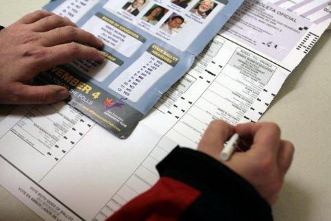 CALIFORNIE (3) - Sean, un jeune New-Yorkais pro-démocrate résidant à San Francisco, remplit son bulletin de vote.