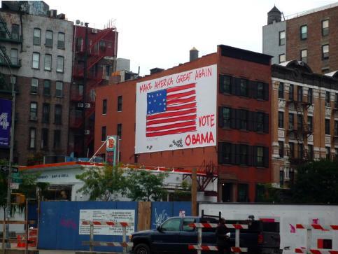 NEW YORK - Une affiche en faveur du candidat démocrate sur une façade d'un bâtiment de la «Big Apple».