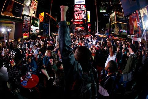 À New York, une foule des partisans démocrates s'est également rassemblée à Times Square, dans l'attente des résultats.