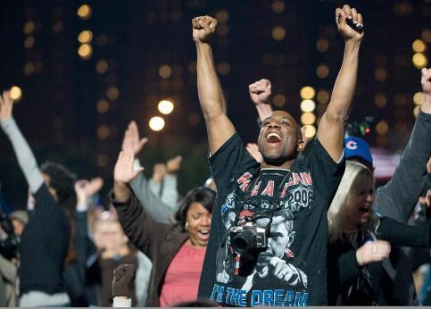 Une immense clameur a fusé mardi soir (mercredi matin en France métropolitaine) dans le parc de Chicago où le candidat démocrate Barack Obama avait donné rendez-vous à ses partisans, à l'annonce de sa victoire à la présidentielle américaine.