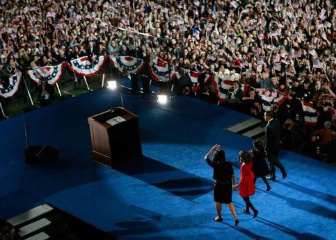 Intense émotion encore au moment ou le futur président arrive sur scène, accompagné de sa femme Michelle et de ses deux filles, Malia et Sasha.